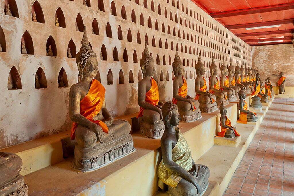 Statuettes alignées à Vientiane