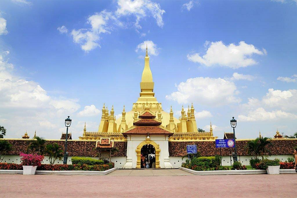 Temple doré et fleuri à Vientiane