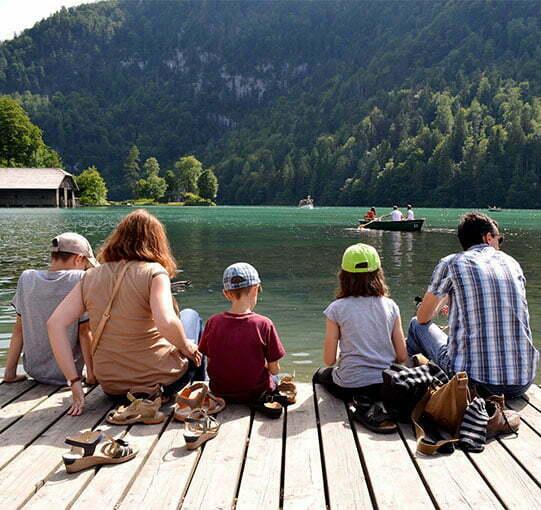 Famille assis au bord de l'eau