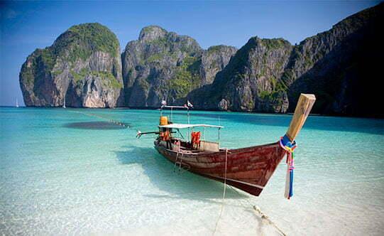 Bateau amarré sur une plage de sable blanc en Thailande