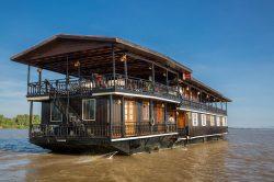 Jonque Wat Phou glissant sur l'eau