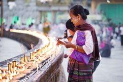yangon birmanie femmes priant au temple