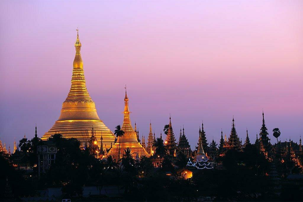yangon birmanie temple d'or au couché du soleil
