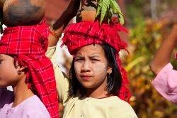 femmes portant des pots sur la tête yangon birmanie