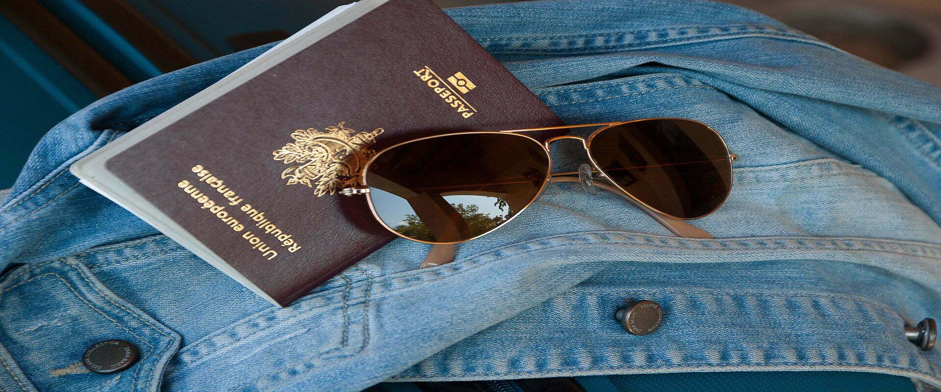 Passport, lunette de soleil et veste en jean