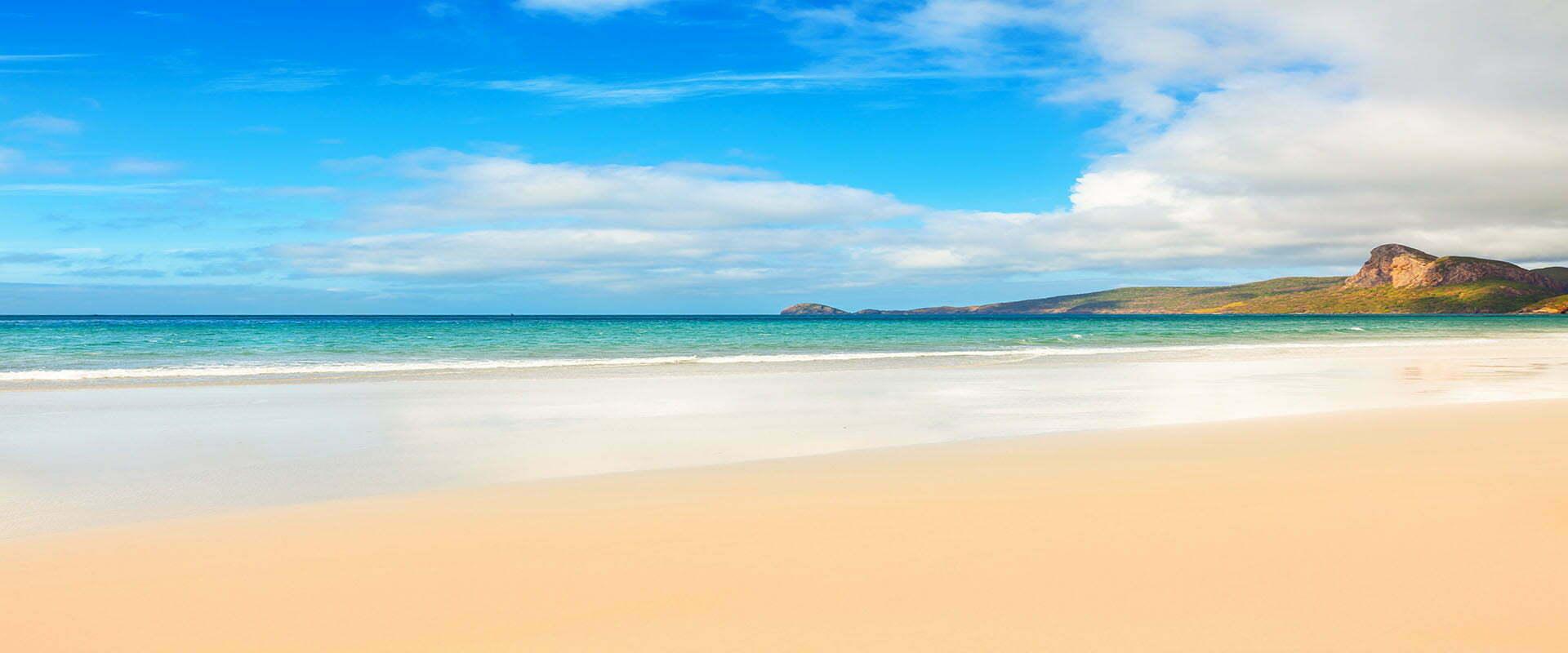 Plage de sable fin, eau turquoise et ciel bleu à Con Dao