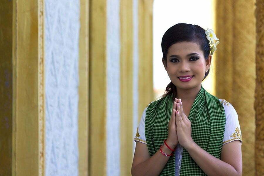 phnom pehn cambodge, femme cambodgienne saluant devant un temple