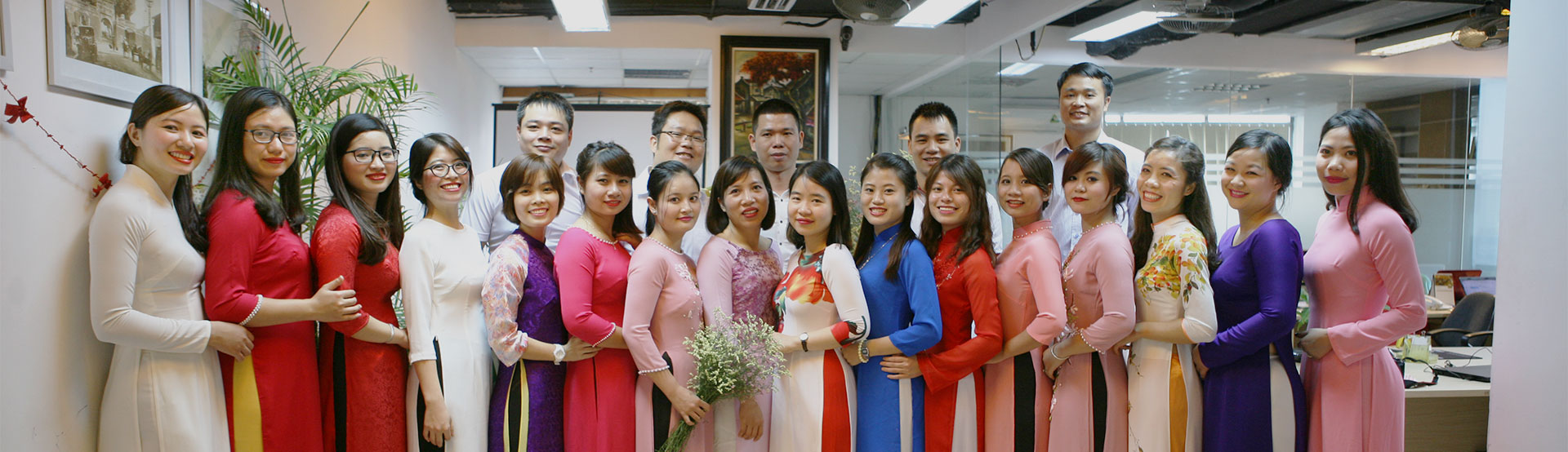 Toute l'équipe d'Hanoi Voyages en tenues traditionnelles