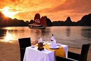 repas sur la plage avec vue sur jonque et baie d'Halong