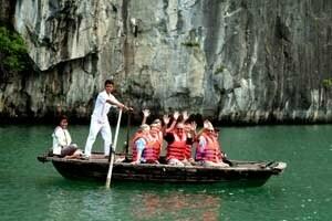 Groupe de touristes à bord d'une barque dans la baie d'Halong