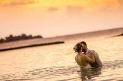 couple de mariés s'embrassant dans la mer, Cambodge
