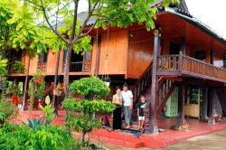maison de bois avec la famille propriétaire au vietnam