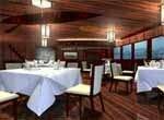 La salle de restaurant de la jonque, pendant la croisière sur le Mékong.