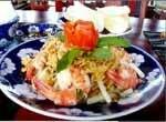 Assiette de nouilles avec des crevettes et des légumes