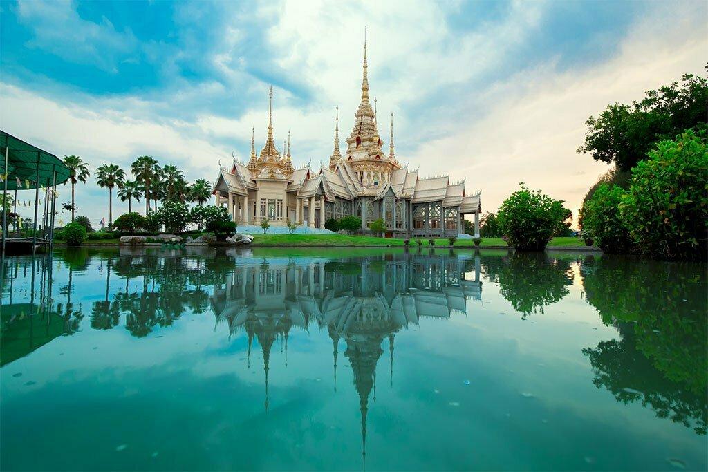 Temple thaïlandais et son reflet sur l'eau
