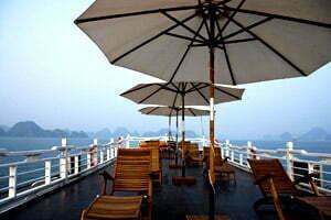 terrasse de luxe pendant croisière sur la baie d'Halong