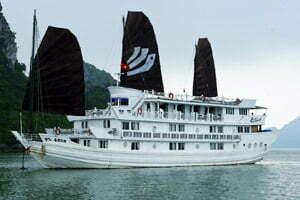 Jonque de luxe sous un ciel gris dans la baie d'Halong