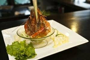 Repas gastronomique avec crevettes grillées dans la baie d'Halong