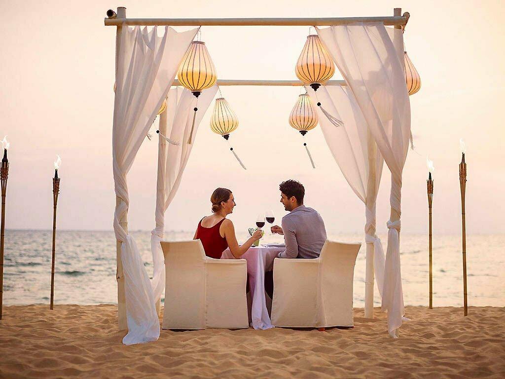 couple en train de trinquer sur la plage phu quoc