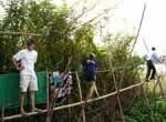 Un homme et une femme sur un pont en bambou