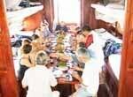 Groupe d'amis mangeant à boire d'une jonque sur le Mékong