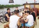 Groupe d'amis autour d'une table