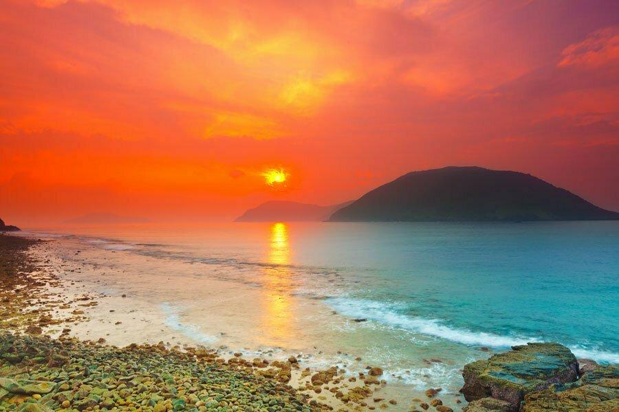Soleil rouge feu qui se couche sur une plage de Con Dao