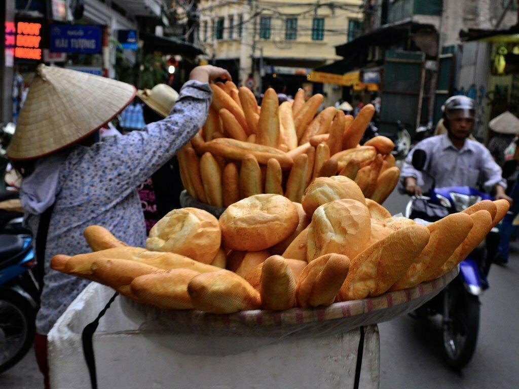 Vendeuse de pain dans la rue au Vietnam