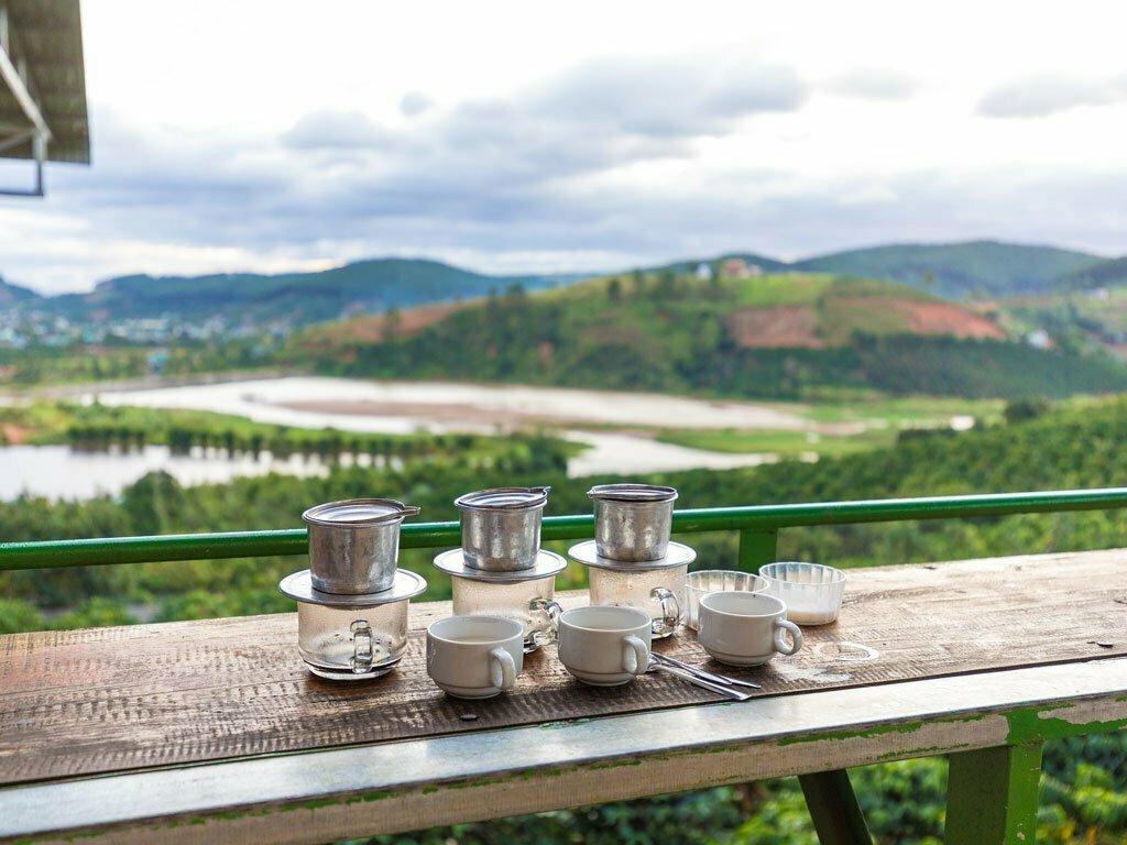 Café vietnamien en terrasse avec vue sur les collines