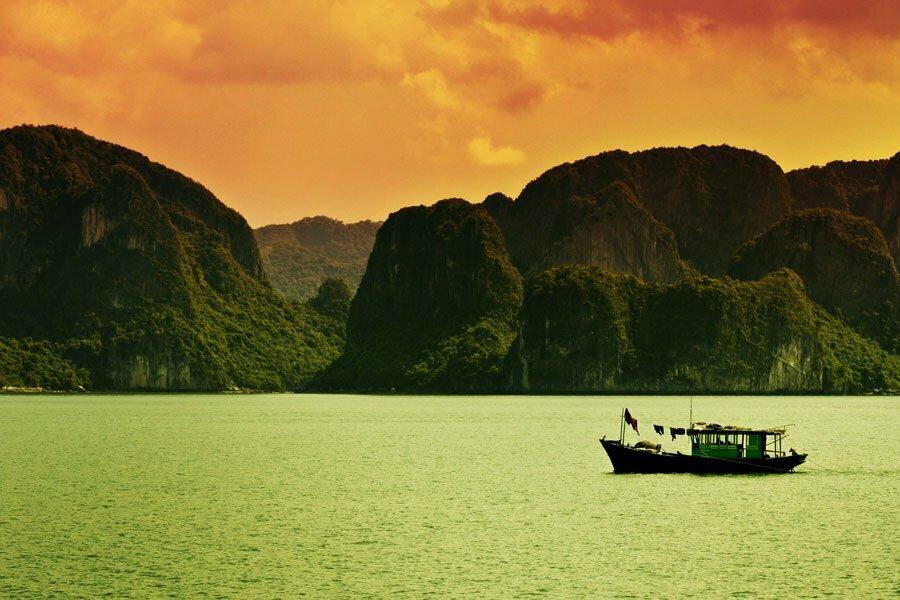 halong au couché du soleil, Vietnam