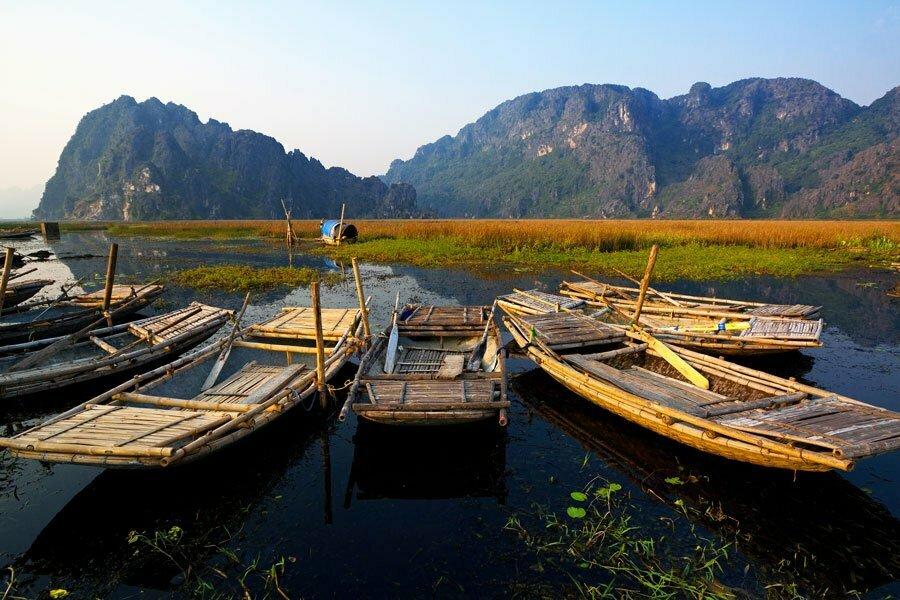 halong terrestre, rangée de barques faxe à la montagne, Vietnam