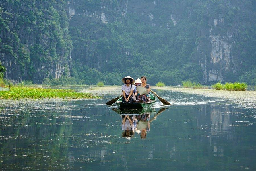 halong terrestre, barque sur la rivière, Vietnam