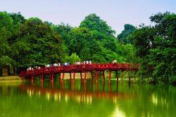 Pont rouge au dessus du lac Hoan Kiem à Hanoi