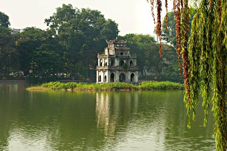 L'Îlot de la tortue au milieu du lac Hoan Kiem à Hanoi