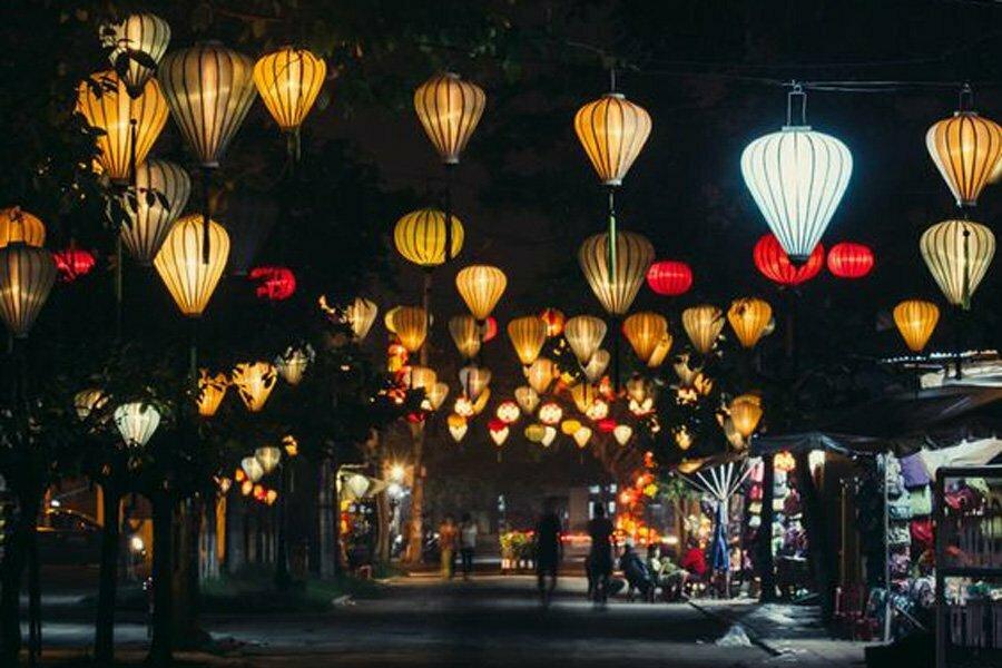 Rue éclairée par les fameuses lanternes de Hoi An