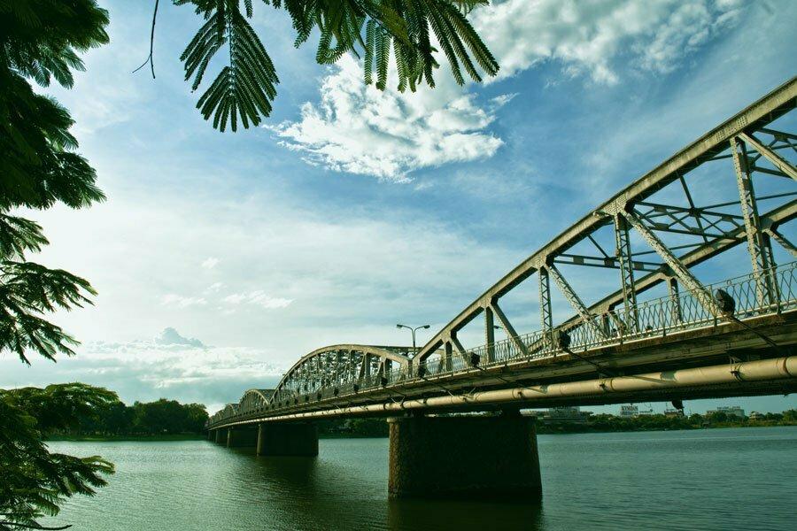 Pont avec armature métallique au dessus de l'eau