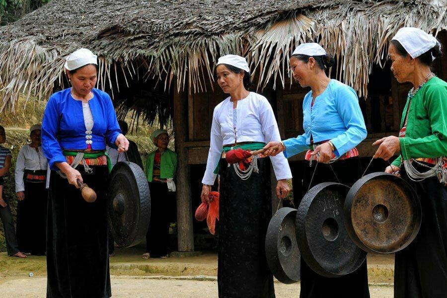 mai chau femmes faisant de la musique traditionnelle