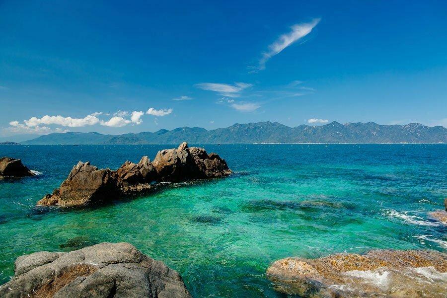 plage de nha trang, mer et rochers