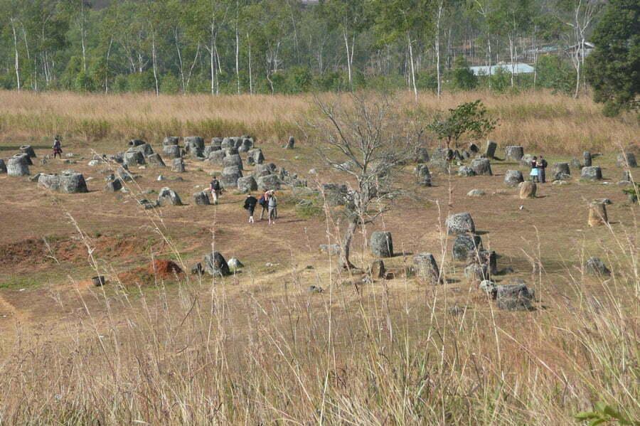 Des dizaines de jarres de pierre géantes éparpillées dans un champ