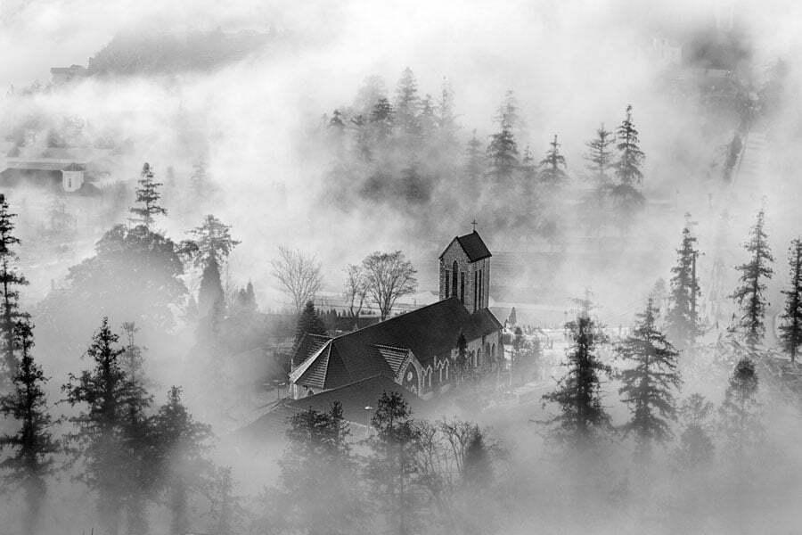 Brume sur une église de Sapa, photo en noir et blanc