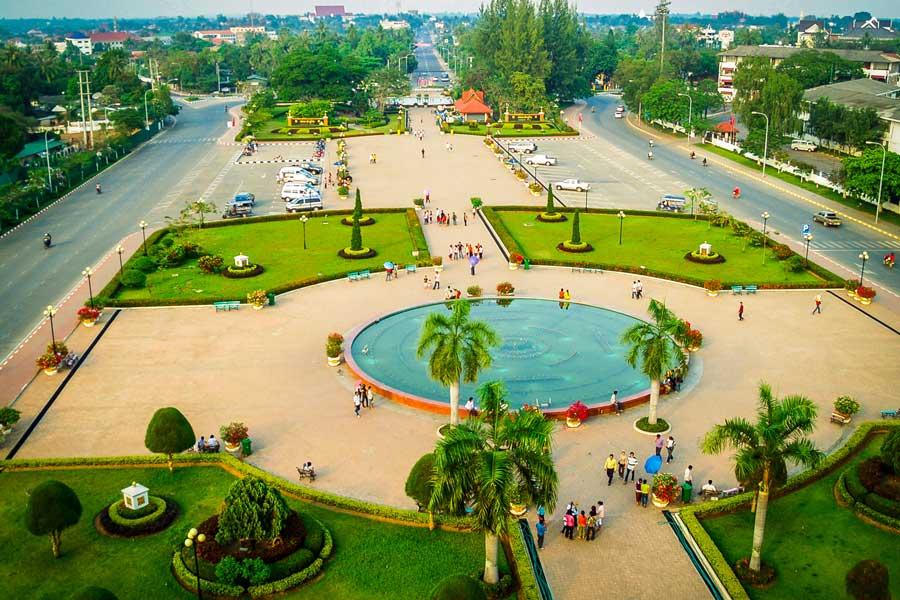 Place avec une fontaine et des espaces verts dans Vientiane