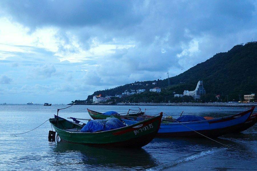 Barques amarées et ciel nuageux à Vung Tau