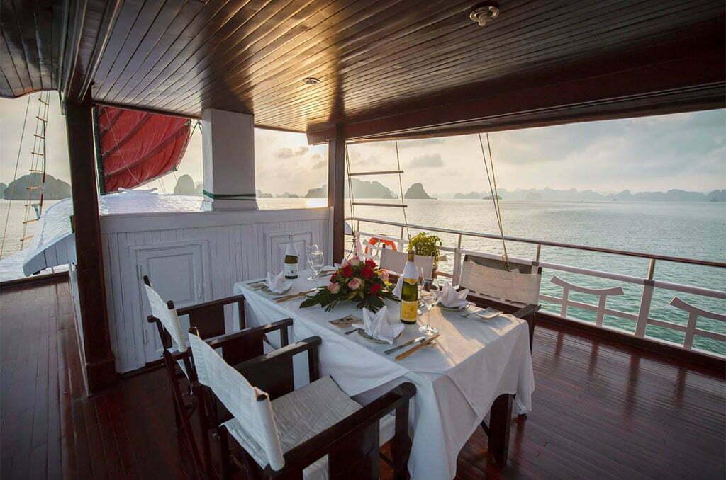 Repas gastronomique sur une jonque de luxe dans la baie d'Halong