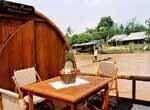 Petit déjeuner sur le ponton du bateau avec vue sur le Mékong