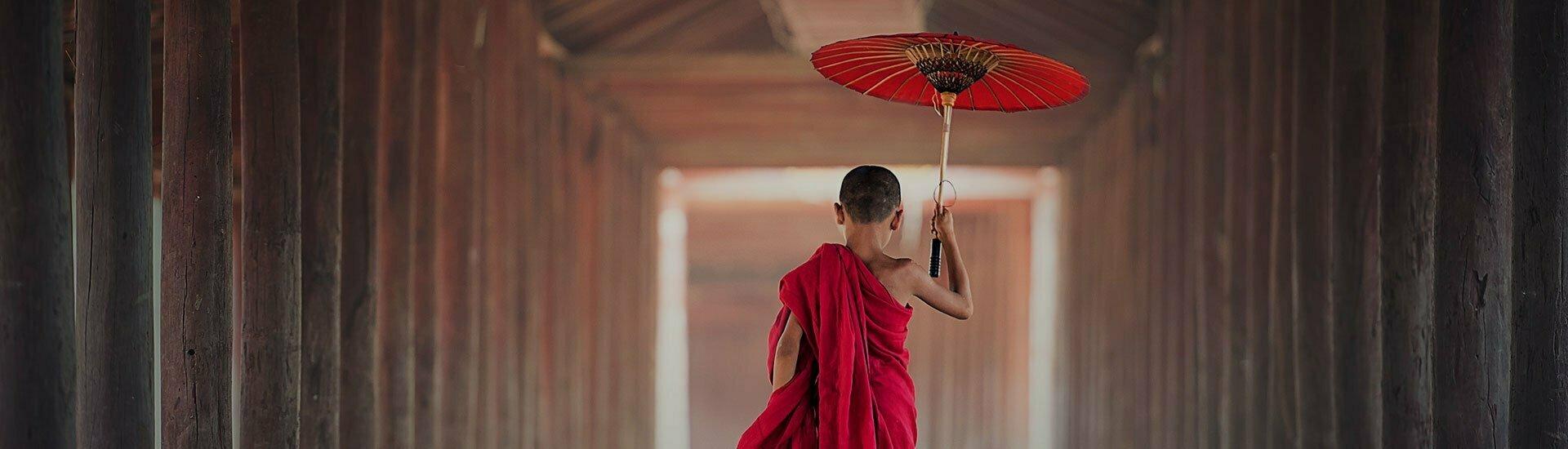Enfant moine tenant une ombrelle
