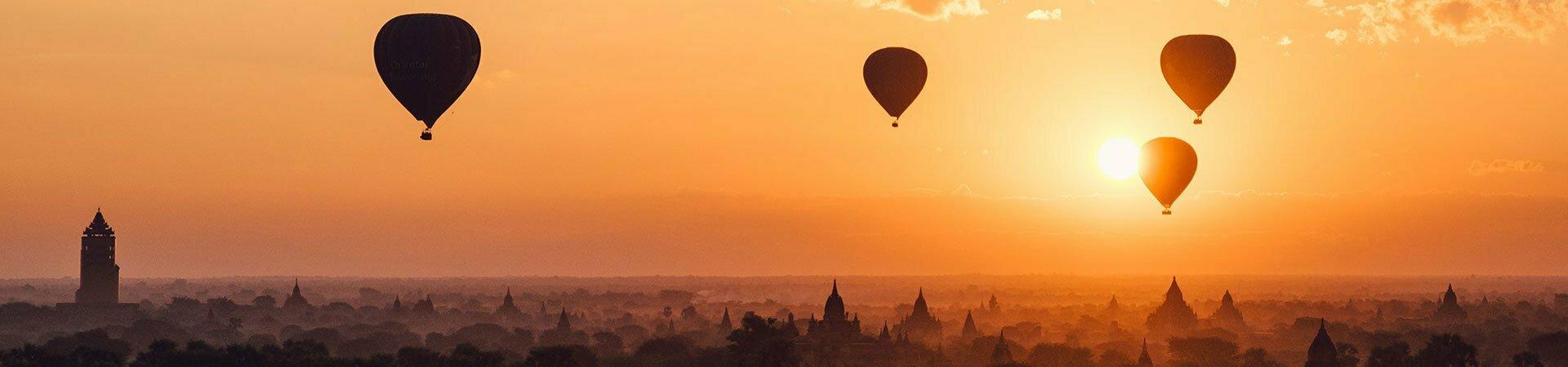 couché de soleil avec montgolfières au dessus de Bagan