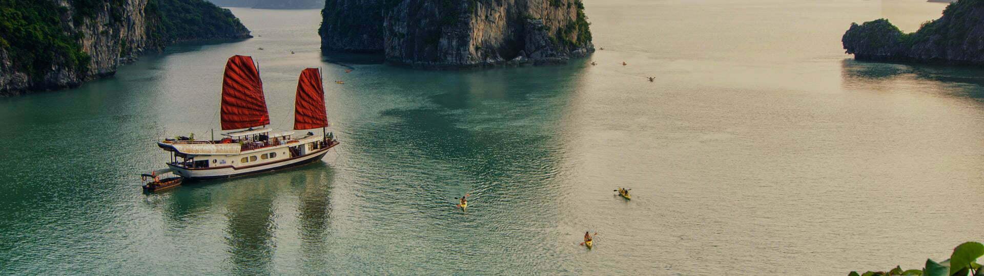 baie d'Halong au couché du soleil, Vietnam
