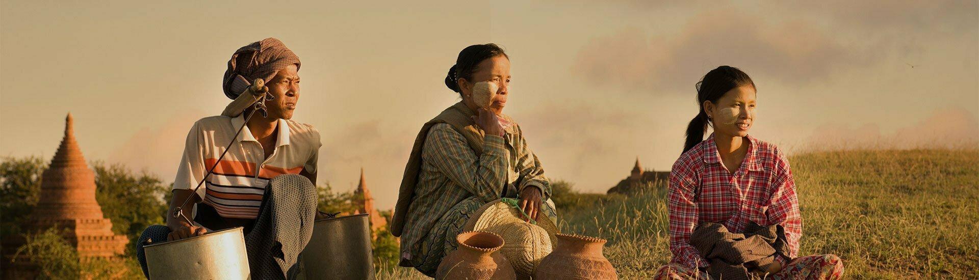 des birmans assis dans la campagne, Birmanie