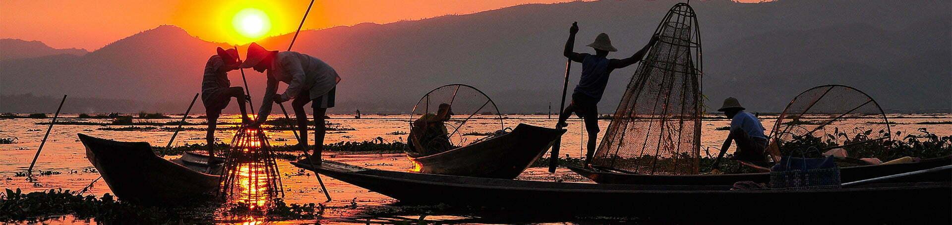 Lever de soleil sur des pêcheurs