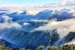 Mer de nuages entre les montagnes au Vietnam